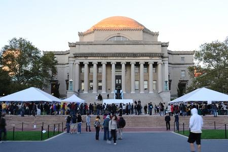 recolectar: Nueva York - el 22 de octubre: Recopilaci�n de los estudiantes en un festival de Low Memorial Library en el campus de la Universidad de Columbia el 22 de octubre de 2010 en Nueva York. Editorial