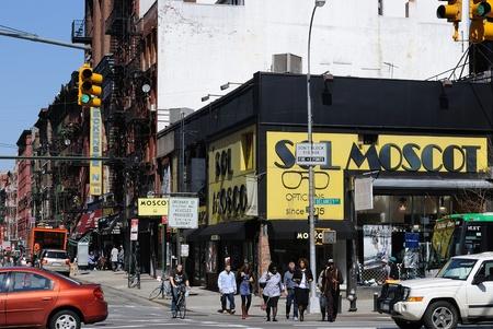 lower east side: Nueva York - el 1 de abril de 2010: Intersecci�n de la calle Orchard y Delancey Street en el Lower East Side de Nueva York. Editorial