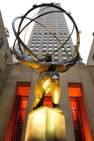 Nueva York, Nueva YOrk - el 8 de mayo de 2010: Centro hist�rico de Rockefeller en Nueva York es un hito importante en el horizonte de la ciudad.  Aqu� podemos ver la estatua de atlas directamente en frente del edificio GE, hogar de numerosos estudios de televisi�n.
