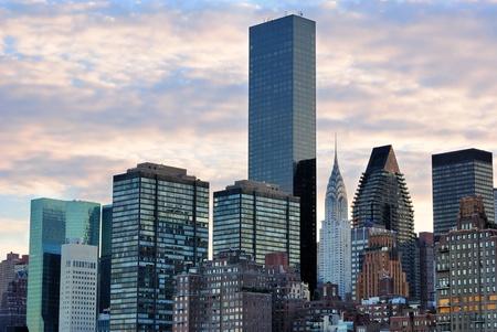 日没でミッドタウン マンハッタンのスカイライン。 写真素材