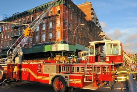 Een bemanning van brandweerlieden resonding een brand in de Lower East Side in New York City, 8 juli 2010. Redactioneel
