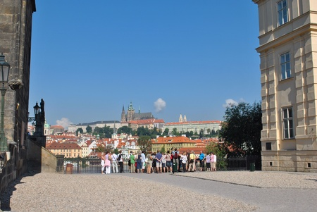 Prague, Czech Republic - August 31, 2010: Tourists look across the Vltava river in Prague, Czech republic. 新聞圖片