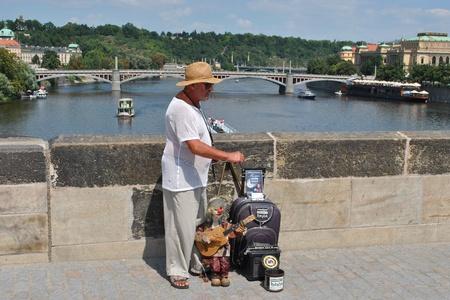 プラハ, チェコ共和国 - 2010 年 8 月 1 日: チェコ共和国、プラハ、カレル橋の人形。