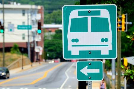 버스 창고를 가리키는 신호. 스톡 콘텐츠