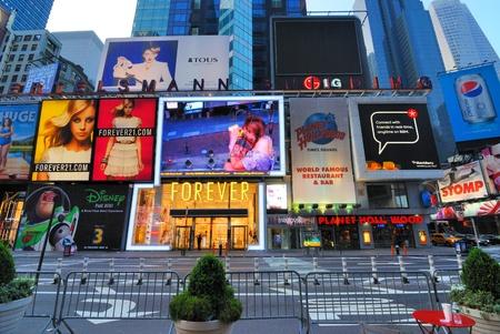 ニューヨーク - 2010 年 6 月 27 日: タイムズ ・ スクエアのベルテルスマン建物はランドマーク プラネット ハリウッド、ニューヨーク、ny 他 2010 年 6