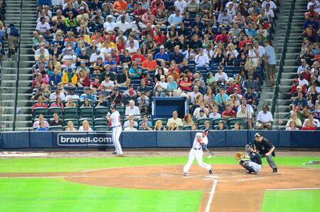ballpark: Atlanta, Georgia - 16 de junio de 2011: cambios de los Bravos de Atlanta la masa en un tono en el Turner Field.