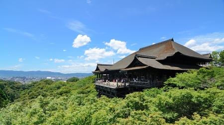清水寺は京都のランドマークの仏教寺院です。 報道画像