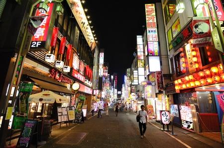 TOKYO - 4 juli: Kabukicho is de historische red light district van Tokyo en staat bekend om de talloze verlichte borden 04 juli 2011 in Tokyo, Japan.