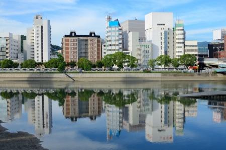 Hiroshima skyline in de Otagawa rivier in Japan Redactioneel