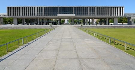 広島、日本 - 7 月 15 日: 平和公園と資料館に核攻撃を受けた最初の都市である広島の遺産に専用され、cityÕs 忙しいダウンタウンの商業および住宅地 報道画像