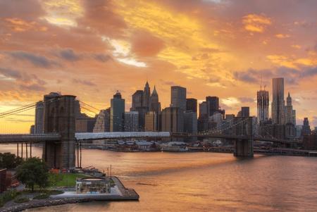 afternoon: Vista del centro de la ciudad de Nueva York con nubes dram�ticas.