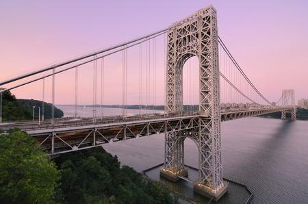 george washington: El puente George Washington que cruza el río Hudson al atardecer en la ciudad de Nueva York.