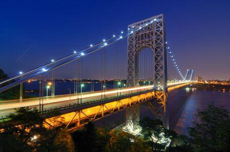 george washington: El puente George Washington que abarca el río Hudson en el crepúsculo en Nueva York.