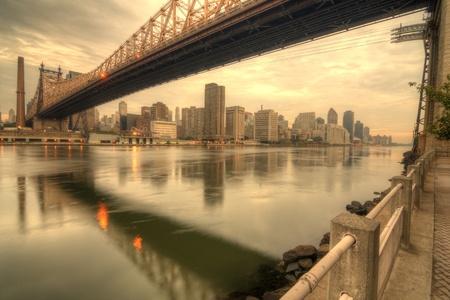 городской пейзаж: Queensboro мост через Ист-Ривер в Нью-Йорке.