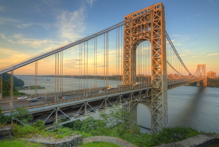 De George Washington Bridge over de Hudson rivier bij avondschemering in New York City.