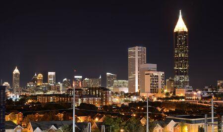 アメリカ、ジョージア州アトランタ ミッドタウンの夜景。