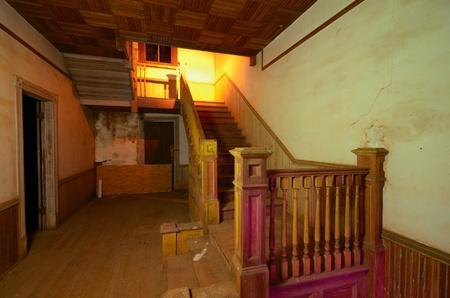 oude trap in een verlaten huis