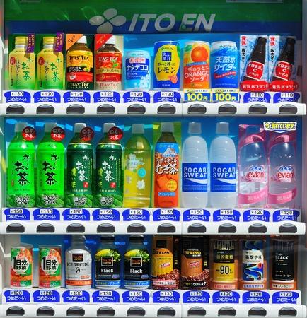 distributeur automatique: TOKYO - 6 juillet: ITO EN distributeur Juillet 6, 2011 in Tokyo, JP. En ITO est le plus grand distributeur de th� vert au Japon.