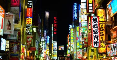 일본 도쿄 - 7 월 5 일 : 신주쿠 구에있는 가부키쵸는 밤의 대상과 네온의 무수 잘 알려진 흔적을 조명합니다.