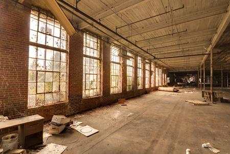 gang in een verlaten fabriek Redactioneel