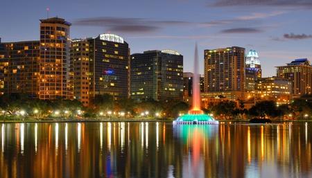Skyline van Orlando, Florida van het meer Eola.