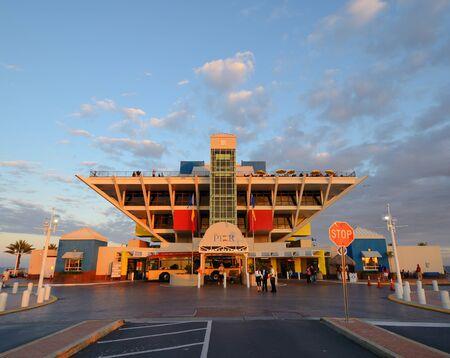 st  pete: ST. PETE, Florida - 26 dicembre: La piramide rovesciata del Pier 26 dicembre 2011 a St. Pete, FL. St. Pete Comune ha recentemente votato per demolire e ricostruire The Pier. Editoriali