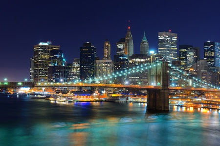 Skyline von Lower Manhattan mit Brooklyn Bridge bei Nacht