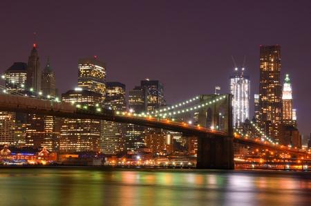 Lower Manhattan Wolkenkratzer und die Brooklyn Bridge Editorial