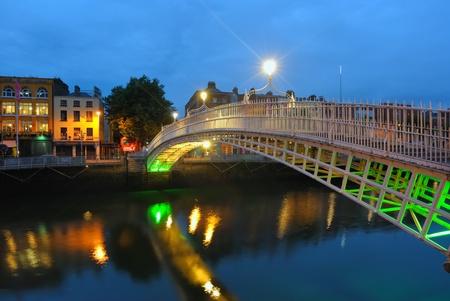 dublin ireland: The Hapenny Bridge over the  River Liffey in Dublin, Ireland.