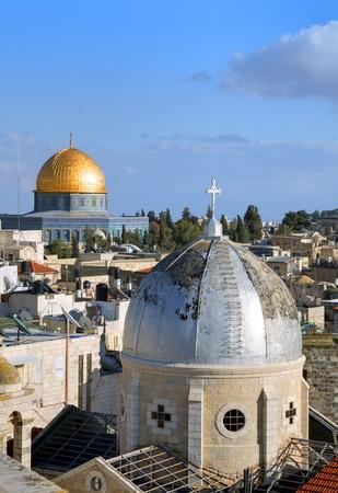 Koepel van de Rots en de christelijke basiliek in de Oude Stad van Jeruzalem, Israël
