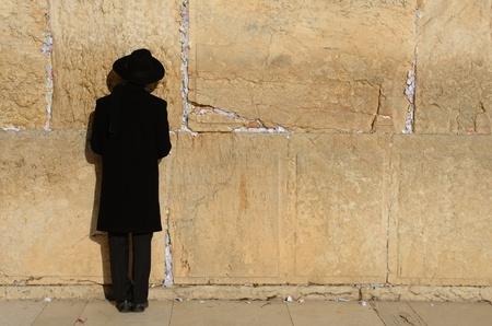 chassidim: GERUSALEMME - 19 febbraio: A prega assidiche ebrei al Muro del Pianto nella Citt� Vecchia 19 febbraio 2012 a Gerusalemme, Israele. Il muro � il luogo pi� santo Judasim.