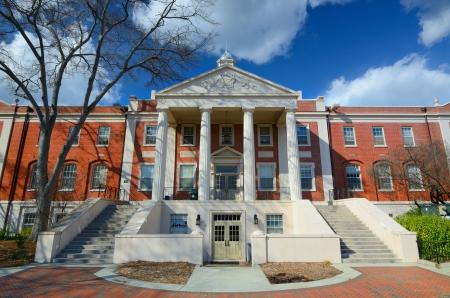 Detalle de un edificio académico moderno