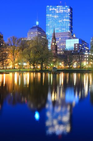 Horizonte de Boston, Massachusetts, desde la Boston Public Gardens. Foto de archivo