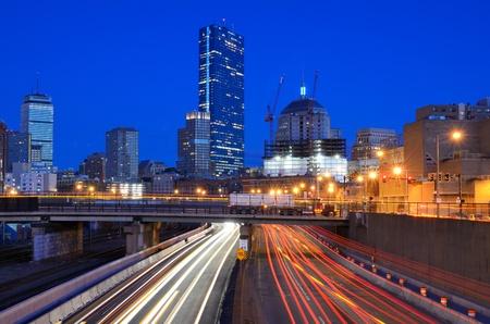turnpike: El centro de Boston, Massachusetts, visto desde arriba de Massachusetts Turnpike. Foto de archivo