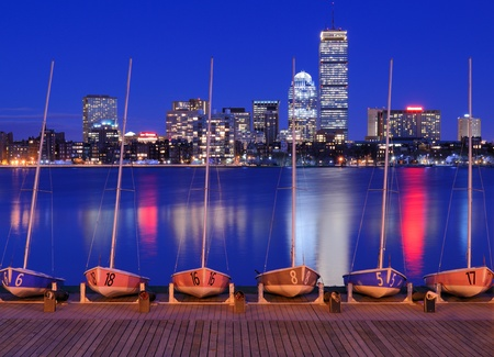 docked: En puerto los barcos contra el paisaje urbano de Back Bay de Boston, Massachusetts, EE.UU. desde el otro lado del r�o Charles. Editorial