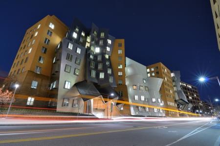 BOSTON - 05 de abril: Ray y Maria Stata Center en el campus del MIT, 05 de abril 2012 en Boston, MA. El complejo académico fue diseñado por el ganador del Premio Pritzker arquitecto Frank Gehry.