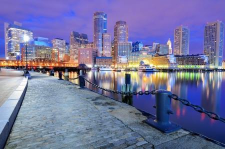 Financial District de Boston, Massachusetts se ve desde el puerto de Boston Foto de archivo