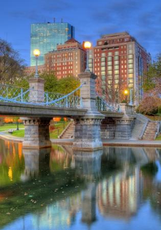 라군 다리와 보스턴의 스카이 라인, 매사 추세 츠 보스턴 퍼블릭 가든 폴더 만.