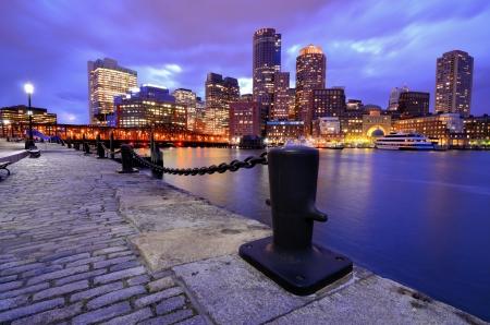 Financial District de Boston, Massachusetts se ve desde el puerto de Boston. Foto de archivo