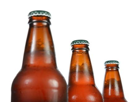 botellas de cerveza: Tres botellas de cerveza llenas aislado en blanco.
