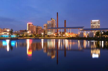 Skyline van Birmingham, Alabama van Railroad Park.
