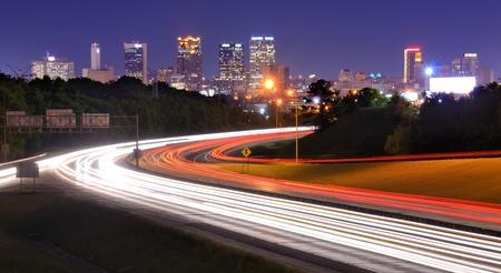 turnpike: Horizonte de Birmingham, Alabama, desde arriba la carretera interestatal 65.