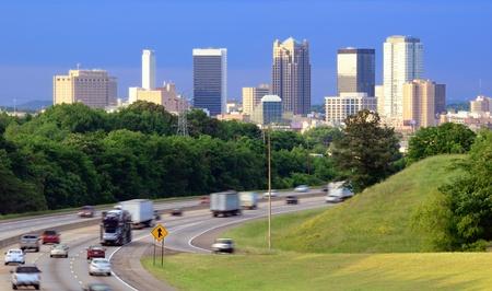 schlagbaum: Skyline von Birmingham, Alabama von oben Interstate 65.