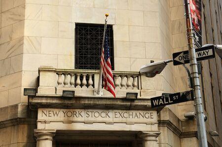 new york stock exchange: NEW YORK CITY - 16 maggio: New York Stock Exchange 16 Maggio 2012 a New York, NY. Il NYSE � il pi� grande borsa mondiale per capitalizzazione di mercato.