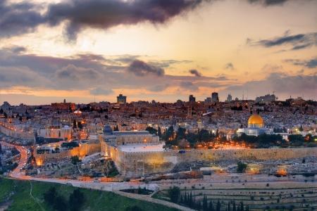 Koepel van de Rots langs de skyline van de Oude Stad van Jeruzalem, Israël. Stockfoto
