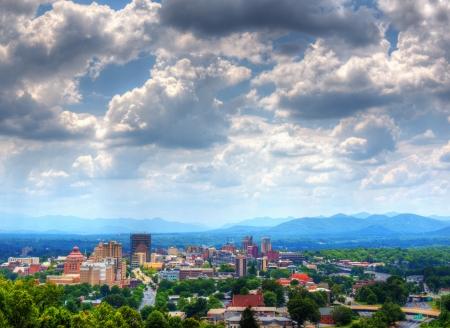 Asheville, North Carolina horizonte enclavado en las montañas Blue Ridge.