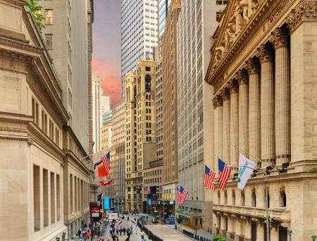 new york stock exchange: NEW YORK CITY - 22 maggio: New York Stock Exchange 22 maggio 2012 a New York, NY. Con origini nel lontano 1792, il NYSE � attualmente il pi� grande scambio al mondo per capitalizzazione di mercato.