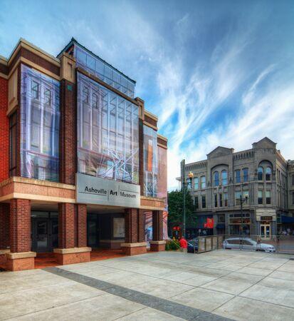 art museum: ASHEVILLE - 21 giugno: Asheville Art Museum 21 giugno 2012 a Asheville, Carolina del Nord. Nel 1994 il museo � diventato uno dei pi� piccoli di essere accreditati dalla American Association of Museums.