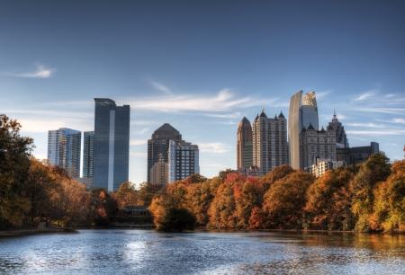 スカイラインとミッドタウン アトランタ、ジョージア州ピードモント公園から湖ミーアでの反射。 写真素材