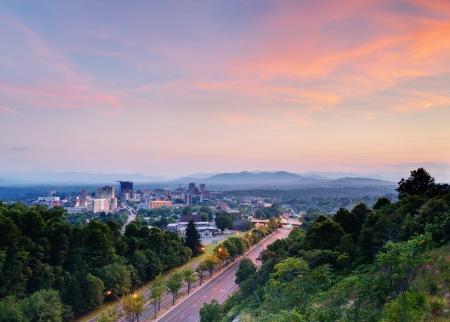 Asheville, North Carolina Skyline eingebettet in den Blue Ridge Mountains